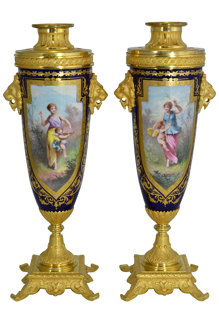 Paire de vases bougeoir en porcelaine et bronze doré ...